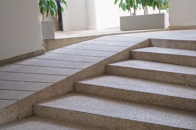 Sendero de entrada al edificio con rampa para personas mayores o no pueden autoayudarse personas con discapacidad silla de ruedas.