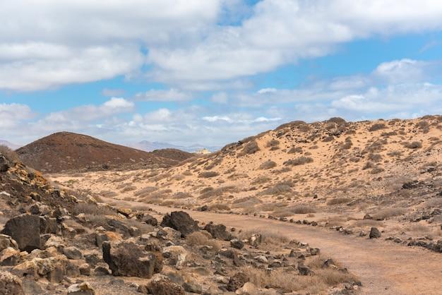 Sendero en isla lobos en fuerteventura en el verano 2020