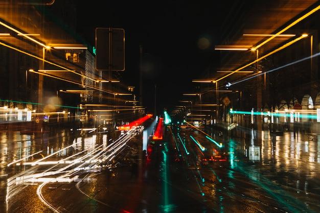 Senderos de luz en la calle