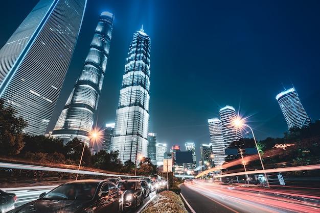 Los senderos de luz en el fondo del edificio moderno.
