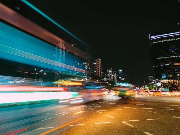 Senderos de luz en seúl. fotografía de larga exposición