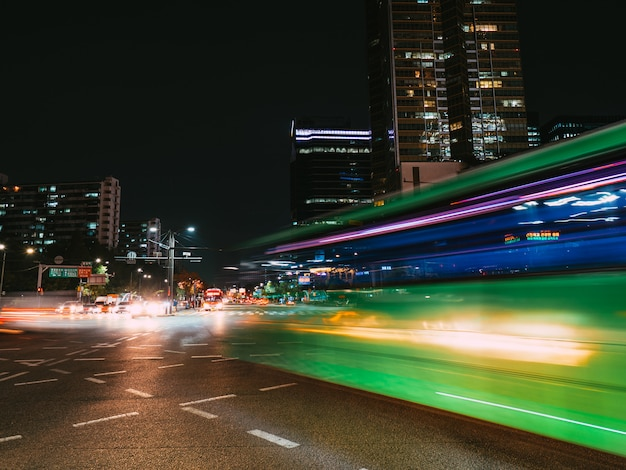 Senderos de luz verde en el cruce. exposición prolongada en seúl