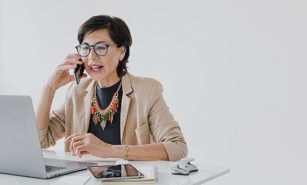 Senior con collar hablando por teléfono con copyspace
