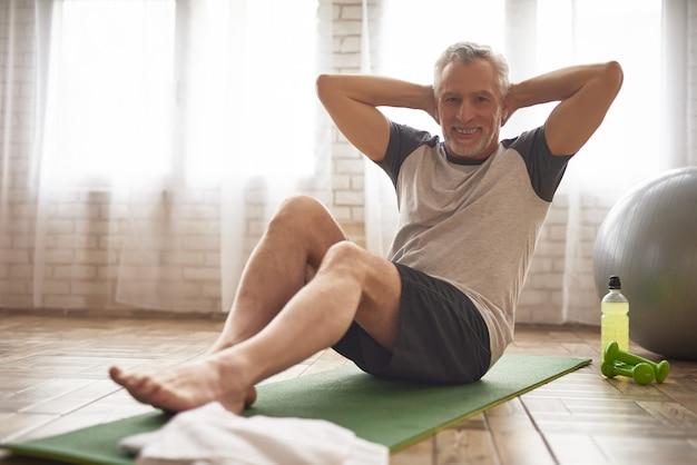 Senior deportista hace prensa ejercicios de salud.