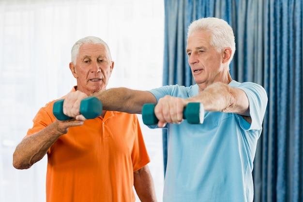 Senior haciendo ejercicio con pesas