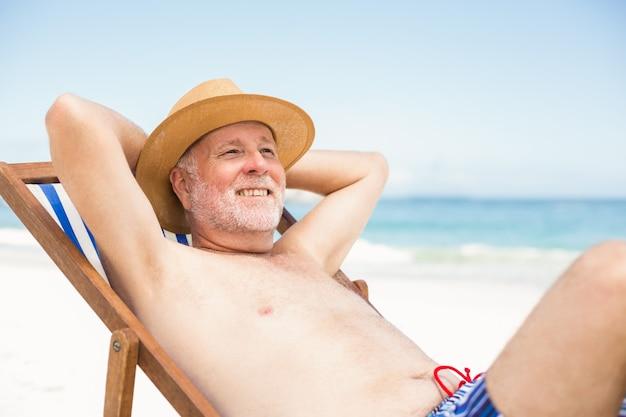 Senior hombre acostado en una tumbona