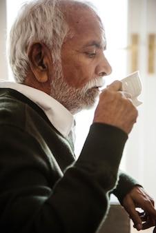 Senior hombre bebiendo té y beber