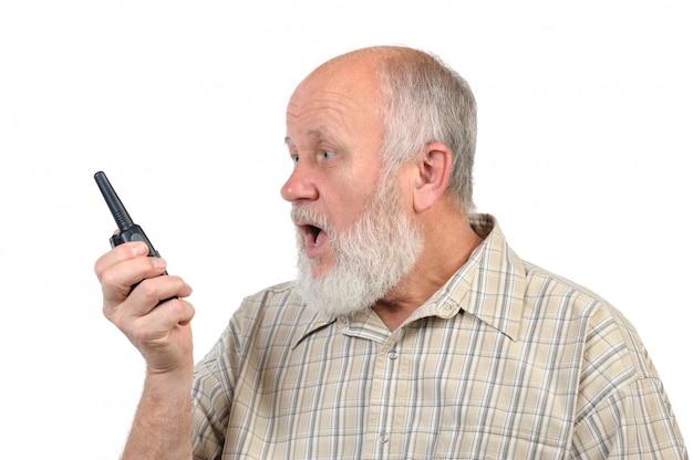 Senior hombre calvo hablando con walkie-talkie