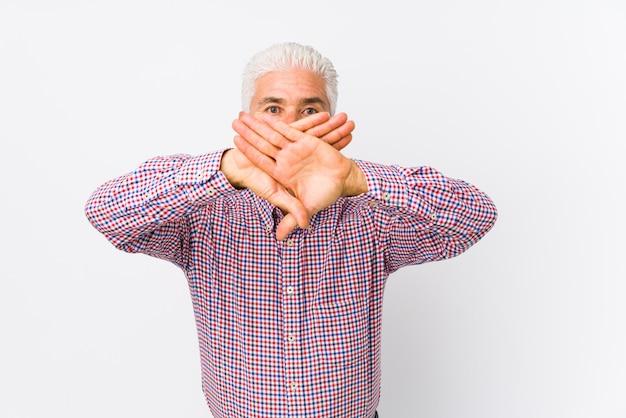 Senior hombre caucásico aislado haciendo un gesto de negación