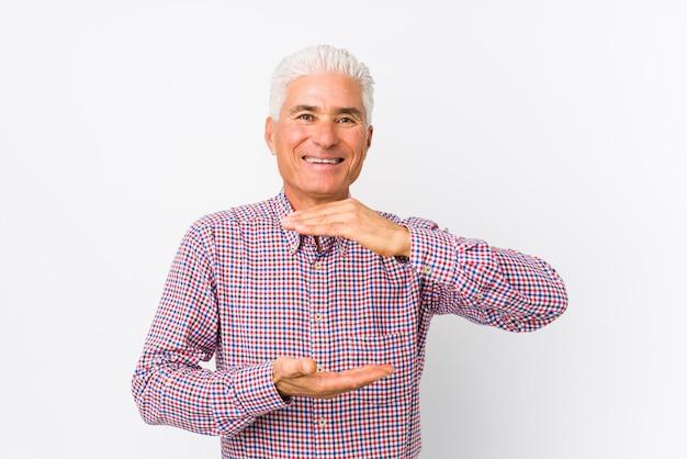 Senior hombre caucásico sosteniendo algo con ambas manos