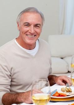 Senior hombre comiendo pavo en la cena de navidad