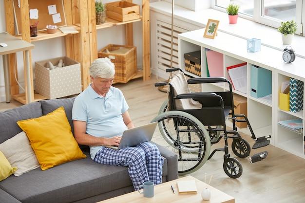 Senior hombre descansando en casa