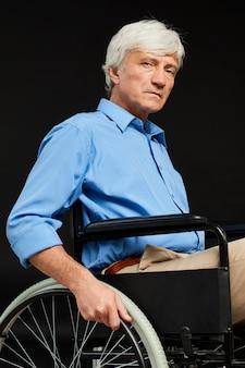 Senior hombre con discapacidad
