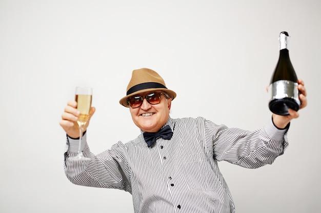 Senior hombre divirtiéndose