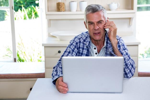 Senior hombre hablando por teléfono móvil