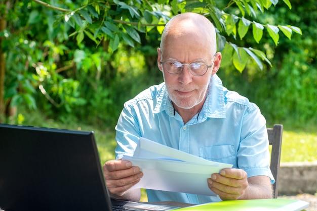 Senior hombre leyendo la carta