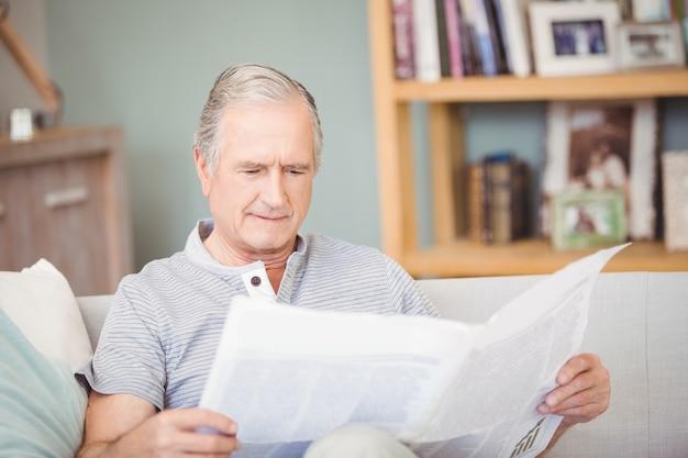 Senior hombre leyendo periódico