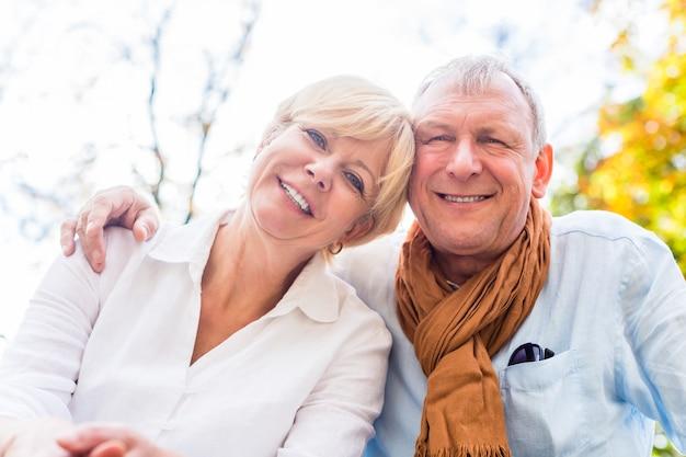 Senior hombre y mujer amorosa en otoño