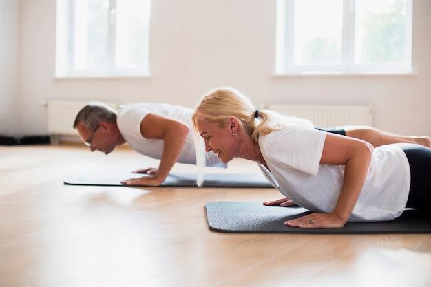 Senior hombre y mujer practicando juntos