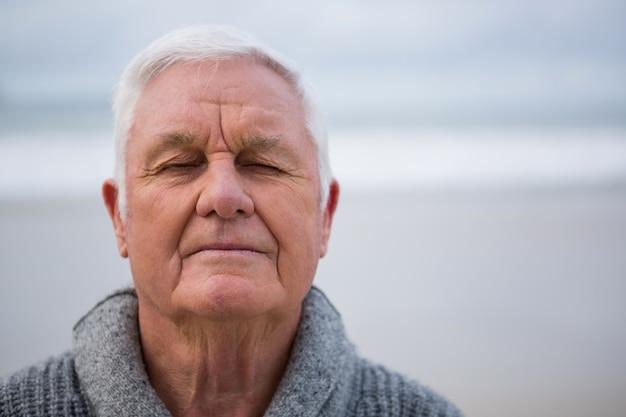 Senior hombre con los ojos cerrados