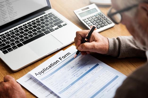 Senior hombre rellenando un formulario