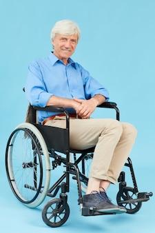 Senior hombre en silla de ruedas