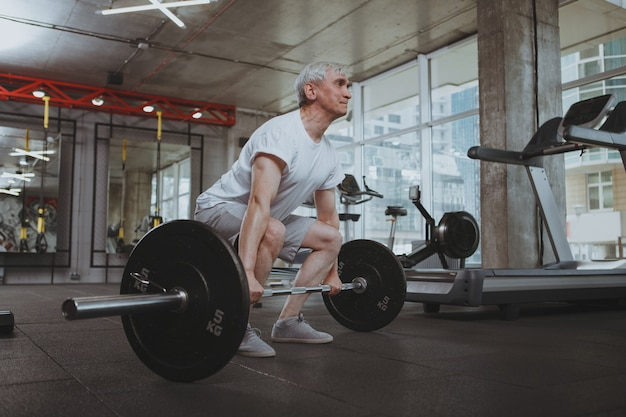 Senior hombre trabajando en el gimnasio