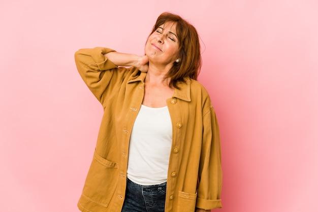 Senior mujer caucásica aislada con dolor de cuello debido al estrés, masajeando y tocándolo con la mano.