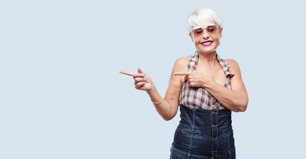 Senior mujer cool expresando un concepto