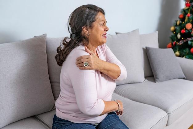 Senior mujer con dolor en el hombro