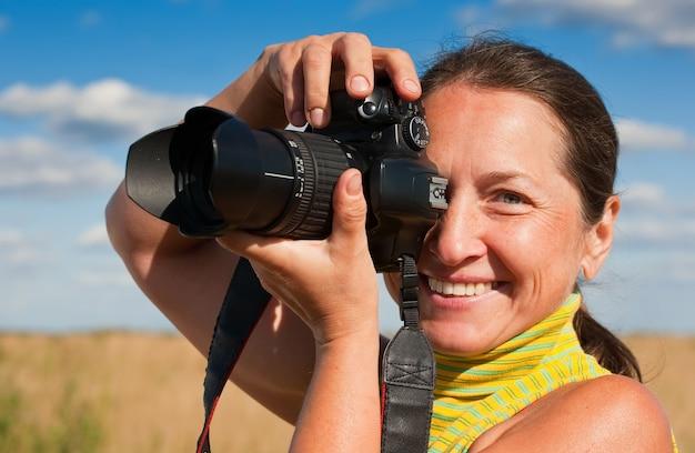Senior mujer fotógrafo