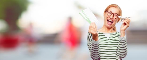 Senior mujer hermosa con un boleto de embarque boletos