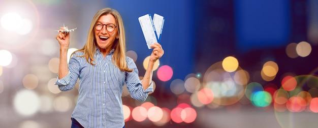 Senior mujer hermosa con boletos de embarque