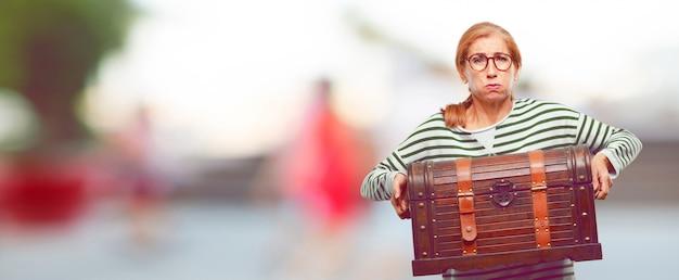 Senior mujer hermosa con un cofre pirata