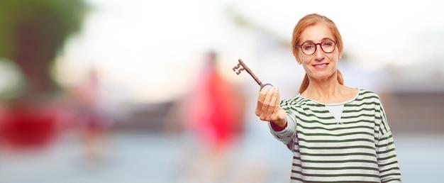 Senior mujer hermosa con una llave vintage
