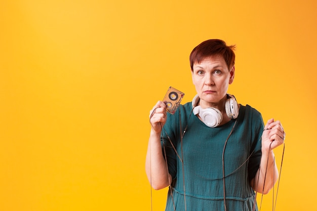 Senior mujer mostrando un cassette
