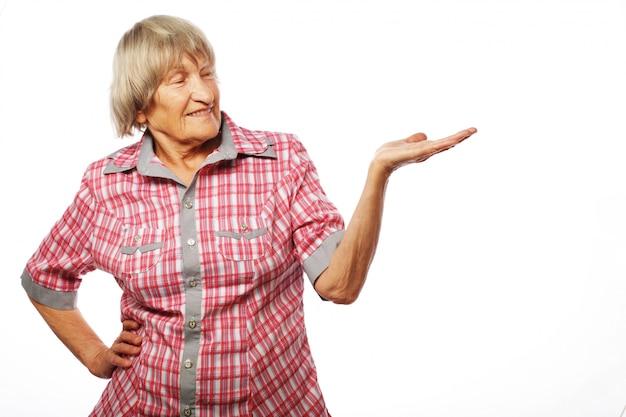 Senior mujer mostrando su producto