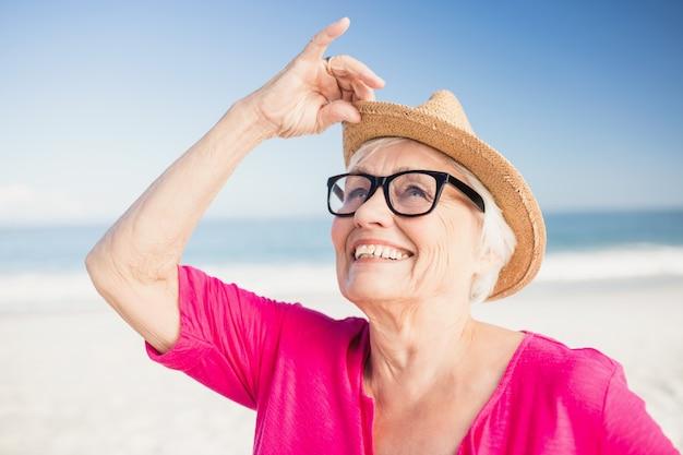 Senior mujer relajante en la playa