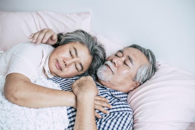 Senior pareja acostada en la cama juntos
