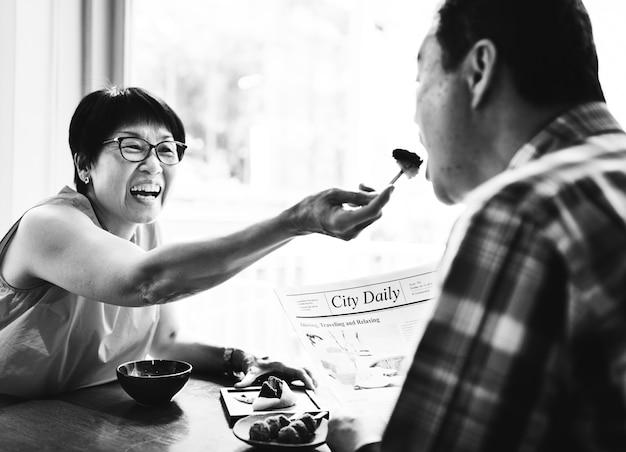 Senior pareja asiática que data