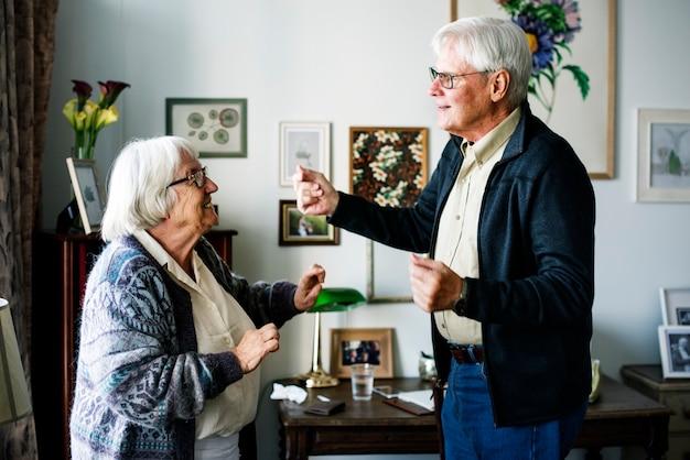 Senior pareja bailando