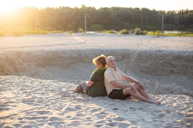 Senior pareja besándose en la naturaleza de verano, pareja senior relajarse en verano. estilo de vida sanitario jubilación ancianos amor pareja juntos