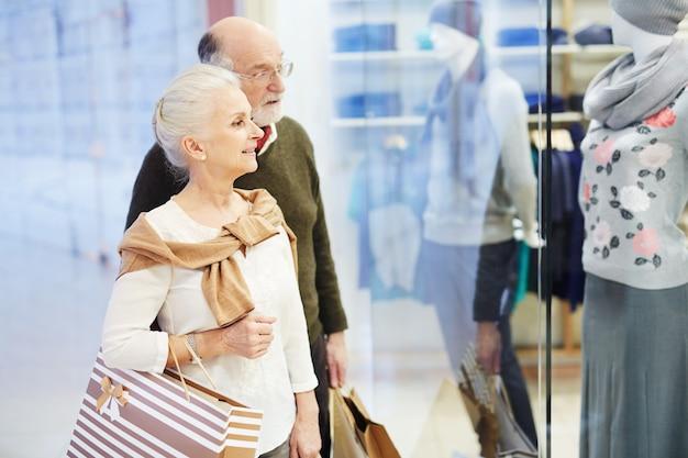 Senior pareja buscando ropa nueva, tiempo de compras