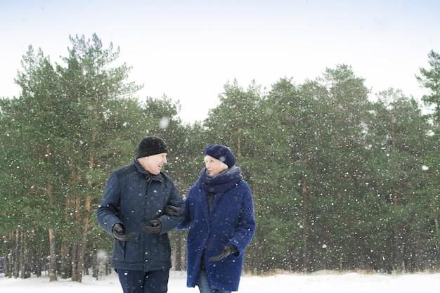 Senior pareja caminando afuera en invierno