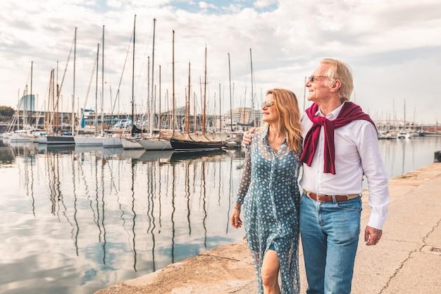 Senior pareja caminando cerca del puerto de barcelona