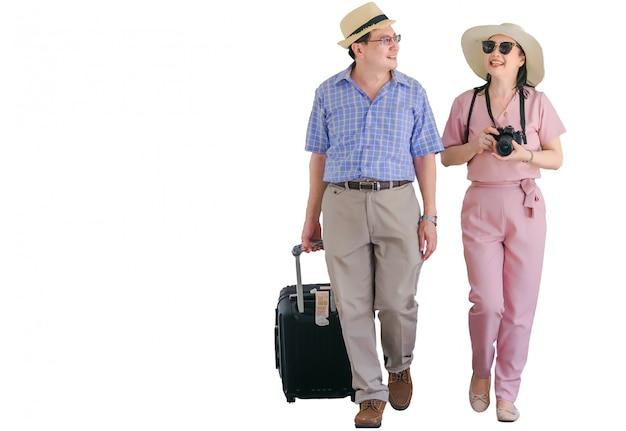 Senior pareja caminando y hablando alegremente.