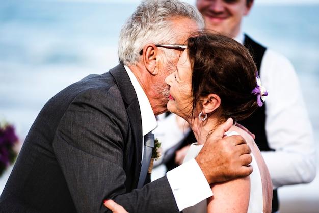 Senior pareja casarse en la playa
