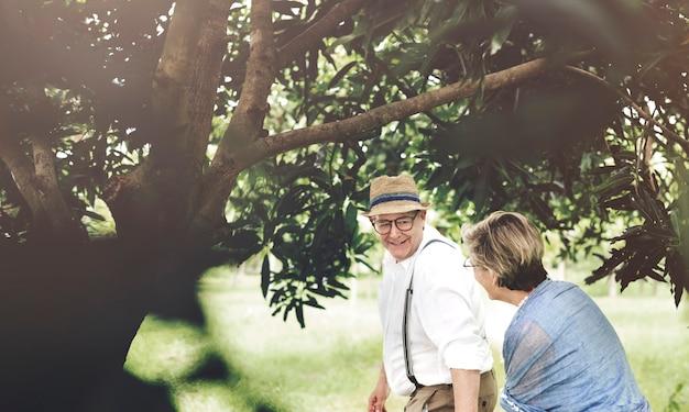 Senior pareja caucásica que data en el parque juntos