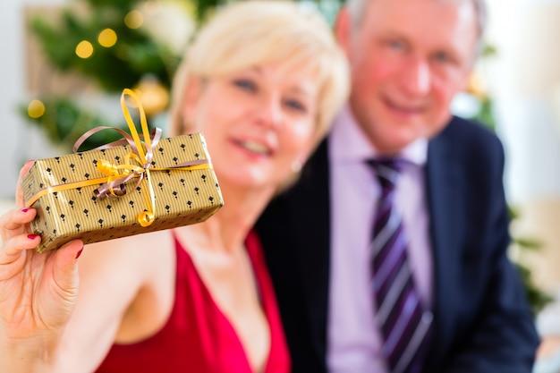 Senior pareja celebrando la víspera de navidad