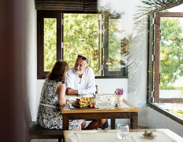 Senior pareja cenando en un restaurante